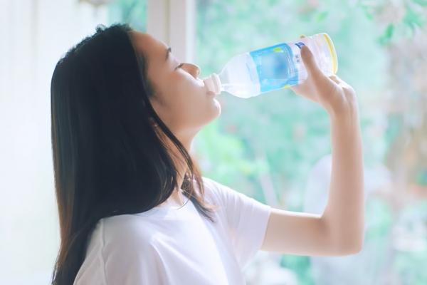 一天該喝多少水?喝了茶、咖啡,還得再喝跟平常量一樣多的水嗎?毒物科醫師1張表解答