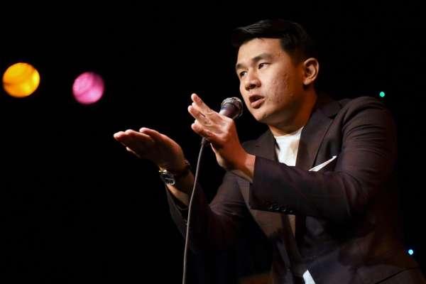 《瘋狂亞洲富豪》的勢利表哥錢信伊:我如何在川普時代當個華裔喜劇演員
