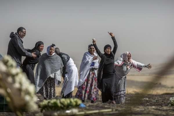 塵歸塵、土歸土》衣索比亞空難157名死者難以辨識 家屬只能帶回失事現場一抔焦土