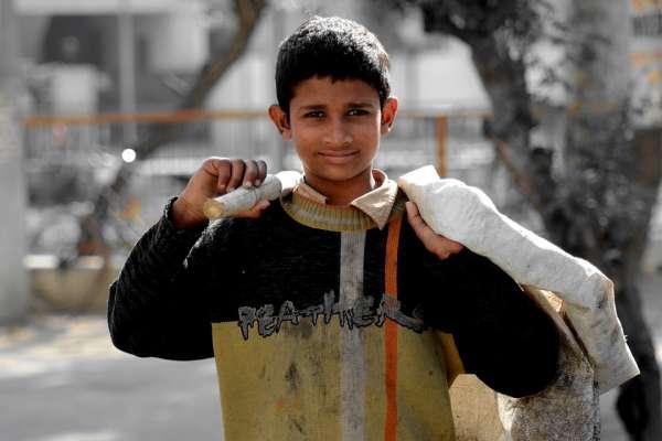 每天放學就直奔墓園討生活「如果沒人死,我們就在這裡玩。」堪稱「孩童活地獄」的葉門