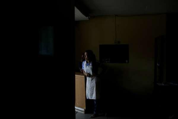 被黑暗籠罩的國度》紅綠燈失去顏色、全國近9成網路斷線:委內瑞拉11天內2度大停電
