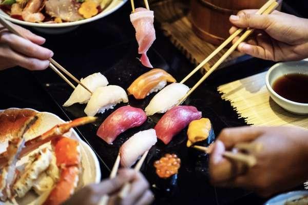 常吃生魚片恐得胰臟癌?營養師出面揭開真相:無故背痛、上腹痛…這6大警訊要小心