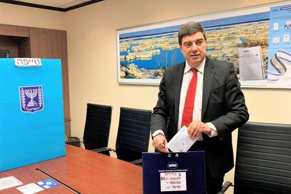 以色列大選海外投票》駐台代表游亞旭投下神聖一票 選票竟是張「白紙」