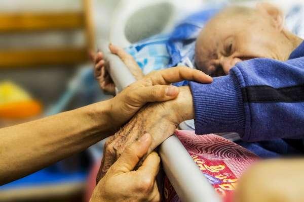 癌末夫臨終送急救,她來不及說「我愛你」遺憾自責12年…直到爸爸過世,才體悟善終的真意