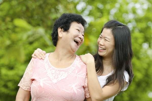 為何孩子長大後,常是女兒和父母比較親?中研院花20年追蹤7千人…論文獲國際期刊大推薦!