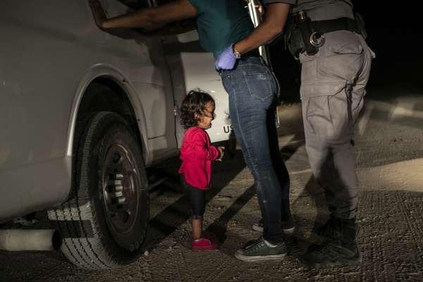 還記得這張照片嗎?母親遭幹員逮捕搜身,紅衣小女孩嚎啕大哭〈邊界的哭泣女孩〉獲選WWP「年度照片」