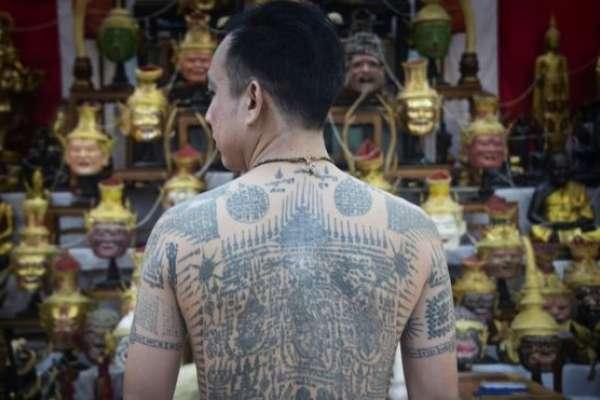 先被神靈附身後,才開始工作的刺青大師:泰國宗教傳統如何面對現代文明挑戰