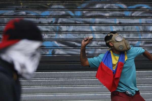 委內瑞拉兩個總統之爭》瓜伊多支持者起義撼動不了馬杜洛政權 美國國務卿揚言:我們已經做好軍事干預的準備