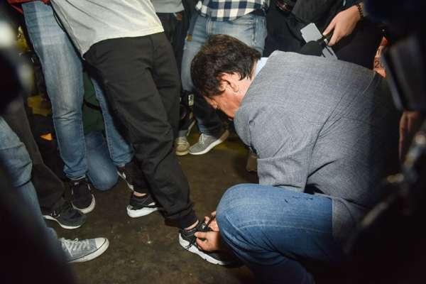 好軟的身段!郭台銘逛花市迎接母親節 竟蹲下幫記者綁鞋帶