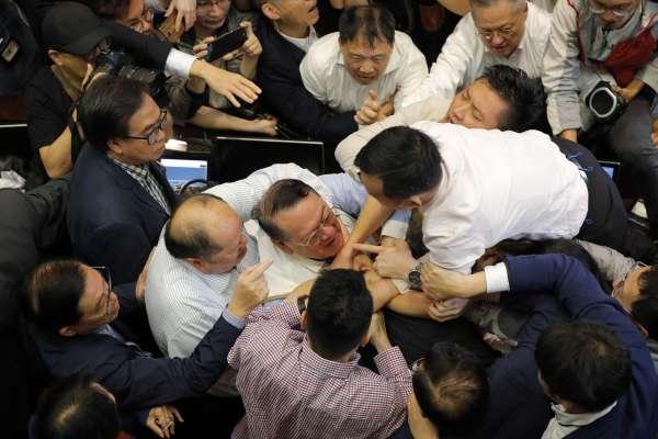 出賣港人「被引渡」到中國 香港立法會修改《逃犯條例》大打出手