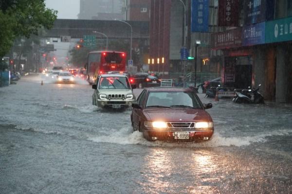 大豪雨襲新竹!護城河滿水位、地下道積水嚴重 縣市府啟動應變措施