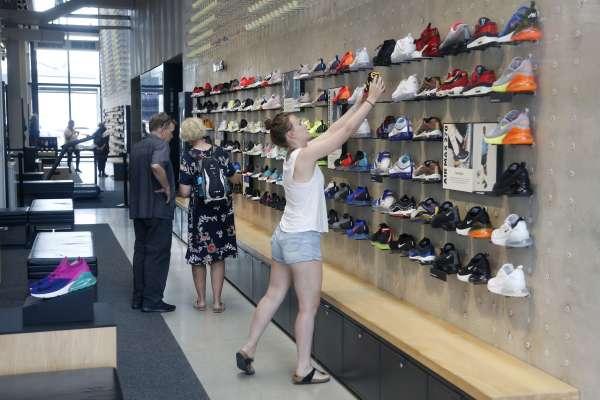 中美貿易戰》關稅升級消費者首當其衝!Nike、Adidas等170家鞋廠上書川普:「這會是場大災難!」