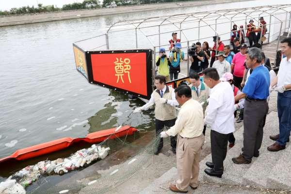 黃偉哲化身水環境守護志工 呼籲勿亂丟垃圾