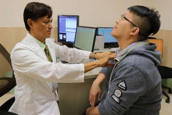 他本來以為只是小感冒,直到脖子上的腫塊越來越大…這種「無聲癌症」千萬別輕忽