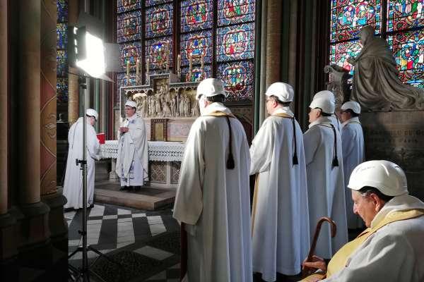 主教戴上安全帽主持彌撒 巴黎聖母院浴火重生