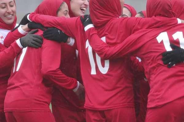 足球》遭警毆打、女扮男裝 伊朗女性衝撞體制爭取看球權益