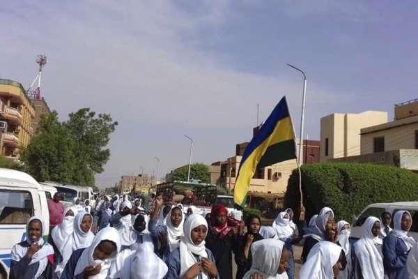軍隊鎮壓學運,4名未成年學子魂斷槍口下!蘇丹中小學生擠爆街頭抗議,迫使當局全面停課