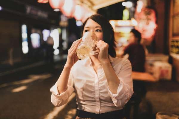 常起酒疹,喝多一點就能免疫?醫生破解常見4大迷思:想防酒疹上身要這樣做