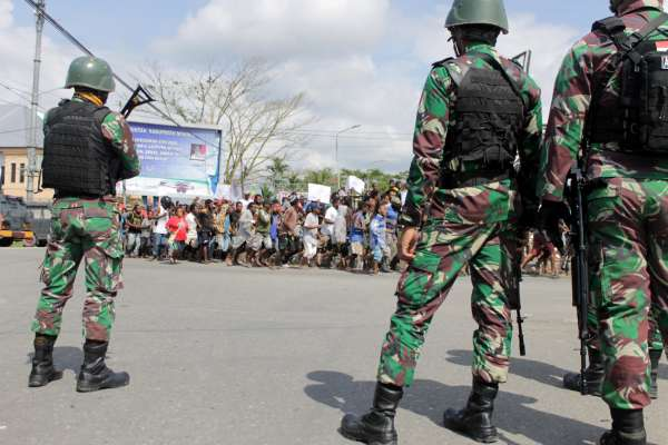 把西巴布亞人當「猴子」引爆怒火 印尼派逾千軍警進駐、切斷網路防動亂擴大