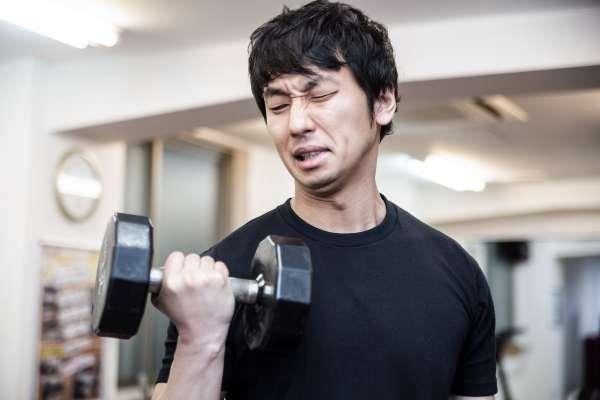 健身練過頭,小心造成恐怖後果!他勤練肌肉2年,最後卻連手都舉不起來…