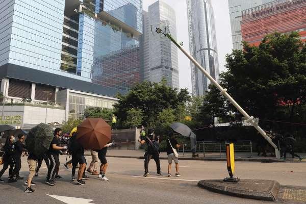 香港反送中》疑似裝有中國「天網」監控系統 示威者拆除街頭「智慧燈柱」