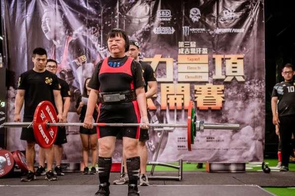59歲也能參加健力比賽!她為擺脫腰酸背痛報名教練課,從此愛上健身、省下大筆醫藥費