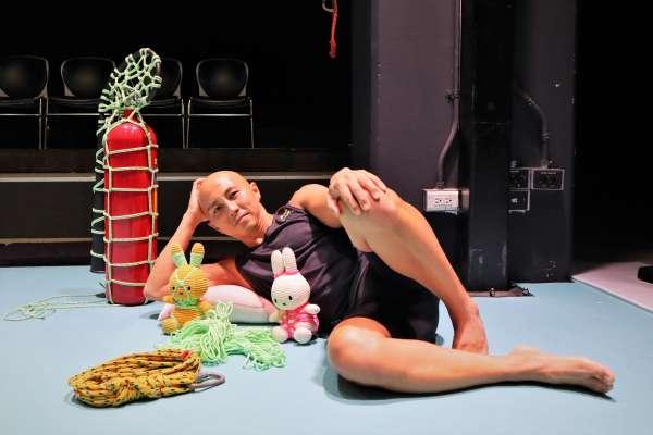 有人落淚、有人驚叫...... 綑綁過程是繩縛藝術的精華所在!新加坡藝術家郭奕麟綁出表演者與觀眾新關係