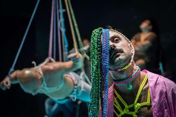 遊走慾望邊緣,劇場裡如何大玩綑綁、馴服?澳洲藝術家陸奇引領觀眾投入信任冒險