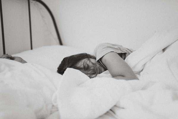 明明一堆事沒做,卻總想軟爛在床上追劇…心理師:「拖延」其實是一種神奇自衛機制