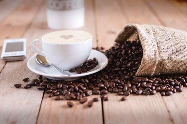 喝咖啡、喝茶算攝取水分嗎?椰子水補充水分的效果最好?揭密3大最常見的「飲料迷思」