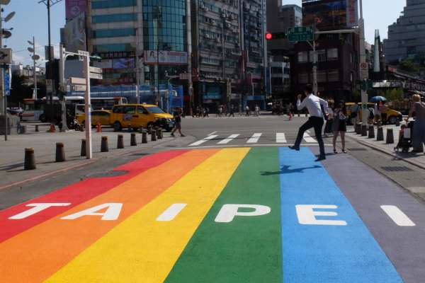 台北市挺同志!西門町現「彩虹馬路」民眾瘋打卡 同婚元年「同志好厝邊」遊行暖身戰開跑
