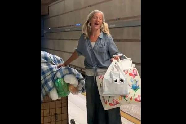 她的人生可能有許多不如意,卻能像天使一樣唱歌……洛杉磯地鐵女街友以天籟詠歎調讓世人驚艷!