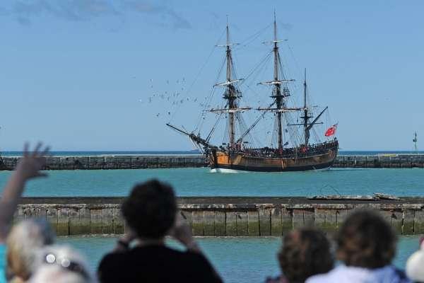 探險英雄、還是毛利人的殺戮者?庫克船長登陸紐西蘭250周年,慶祝、反省與抗議並存