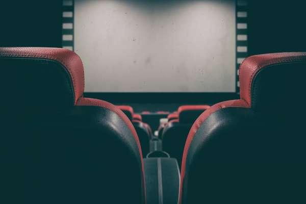 為何電影院椅子都是紅色的、有時顯示客滿,進場卻發現還有空位?揭電影院的5大祕密