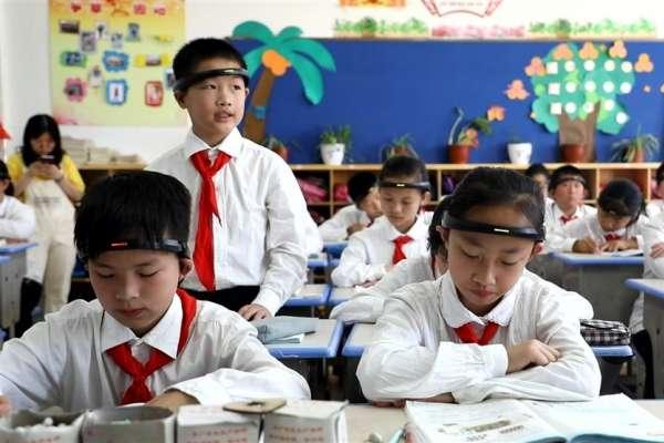 上課專不專心老師家長全掌握?外媒爆中國小學生戴AI頭環監測專注度,官方急喊卡