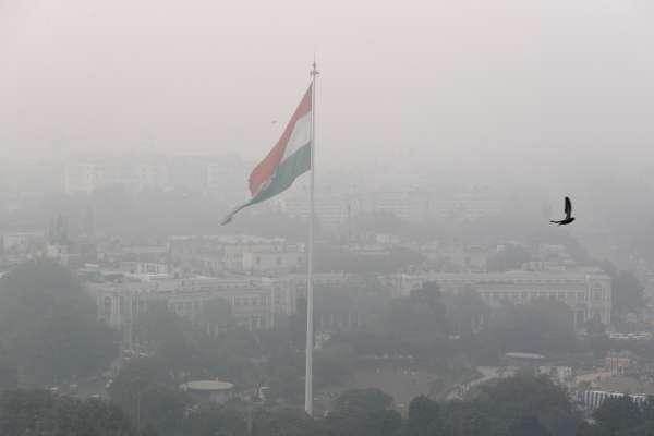 整座城市變成「毒氣室」!印度首都德里空氣污染急遽惡化,當局發送500萬個面罩搶救小朋友