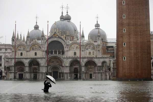 「世界末日成真了!」逾半世紀最大洪水淹沒威尼斯 全市進入緊急狀態、聖馬可廣場也遭殃