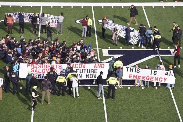 哈佛耶魯美式足球比賽成抗議現場,不滿學校投資石油業:學校是氣候變遷共犯!
