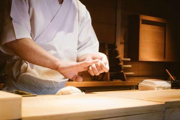 去日本跟餐廳要去冰只來半杯冰水,熱茶不能回沖...這八個餐廳禮儀讓你不會被日本店員偷翻白眼!