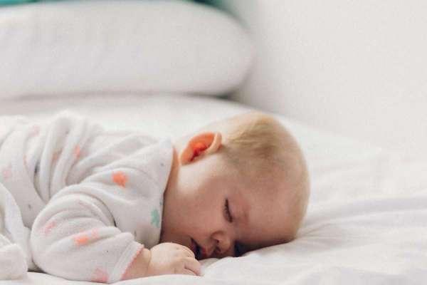 原本好端端的小嬰兒,睡到一半竟突見呼吸中止…國健署:三種錯誤睡法恐讓寶寶猝死