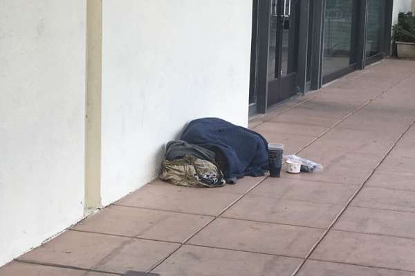 矽谷深夜路邊的破毯子裡,可能就躺著微軟的前員工...這間不是旅館的Hotel 22,訴說著矽谷最陰暗的故事