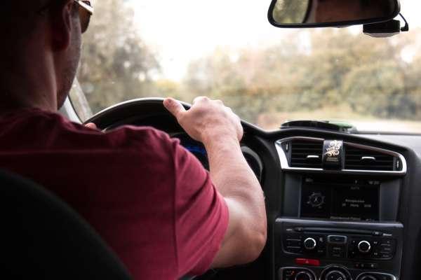 華爾街日報》一邊開車一邊打瞌睡?抱歉,自駕車時代還沒到來
