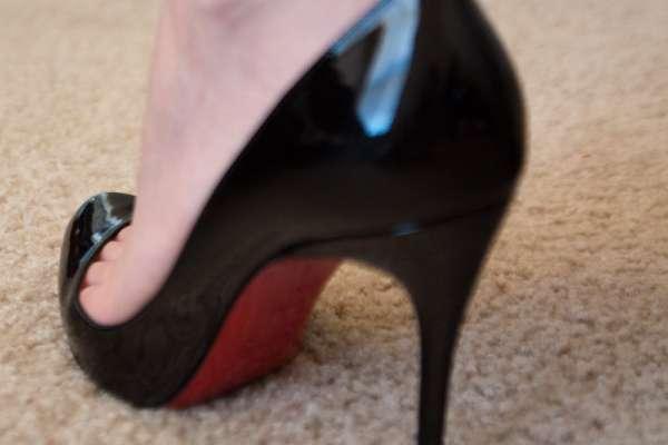美麗又令人嚮往、好萊塢大咖都搶著穿!揭密時尚圈人人為之瘋狂的「紅底鞋」