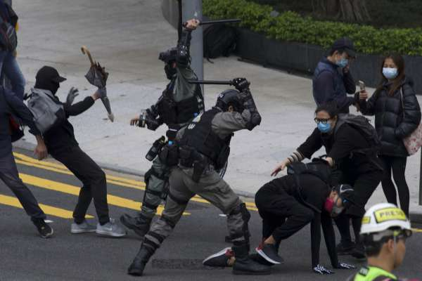 合法集會變調》「天下制裁」示威爆發流血衝突 香港街頭再現催淚彈