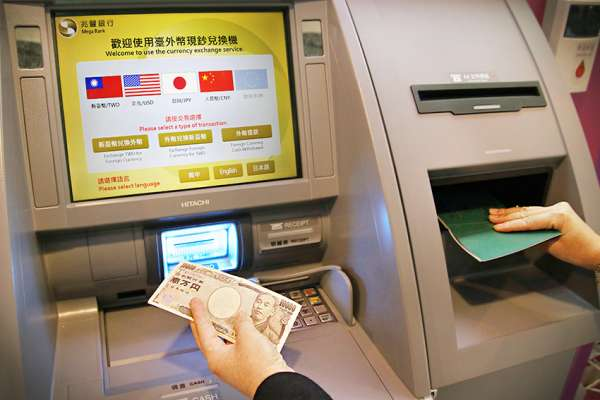 出國忘記換錢?免驚,桃園機場外幣現鈔ATM,可領日圓、美元、歐元等5種外幣!