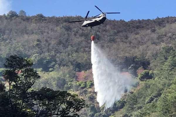 陸軍CH-47SD執行空中滅火任務 凌空灑水7.5萬公升成功救火