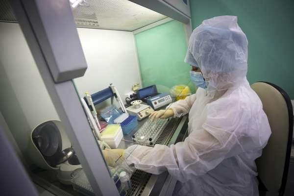包緊防護衣不吃不喝不上廁所!台灣疫苗團隊「賭命」實驗拼研發,最麻煩是這件事