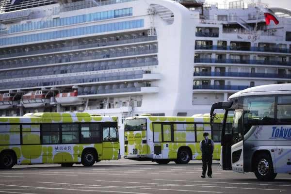 鑽石公主號乘客終於下船!首批500人陸續返家,但「他們」還要留在船上14天