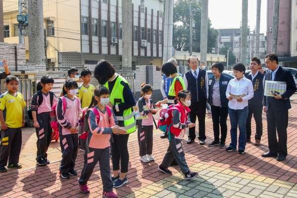 開學防疫全力備戰 中央宣佈一周領4片口罩中市加碼2片