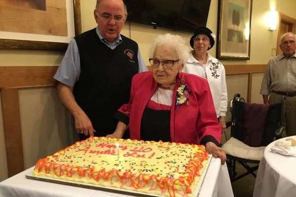 政府叫你別出門,就不要亂跑!113歲人瑞靠「待在家」挺過西班牙流感,今用親身經驗勸世
